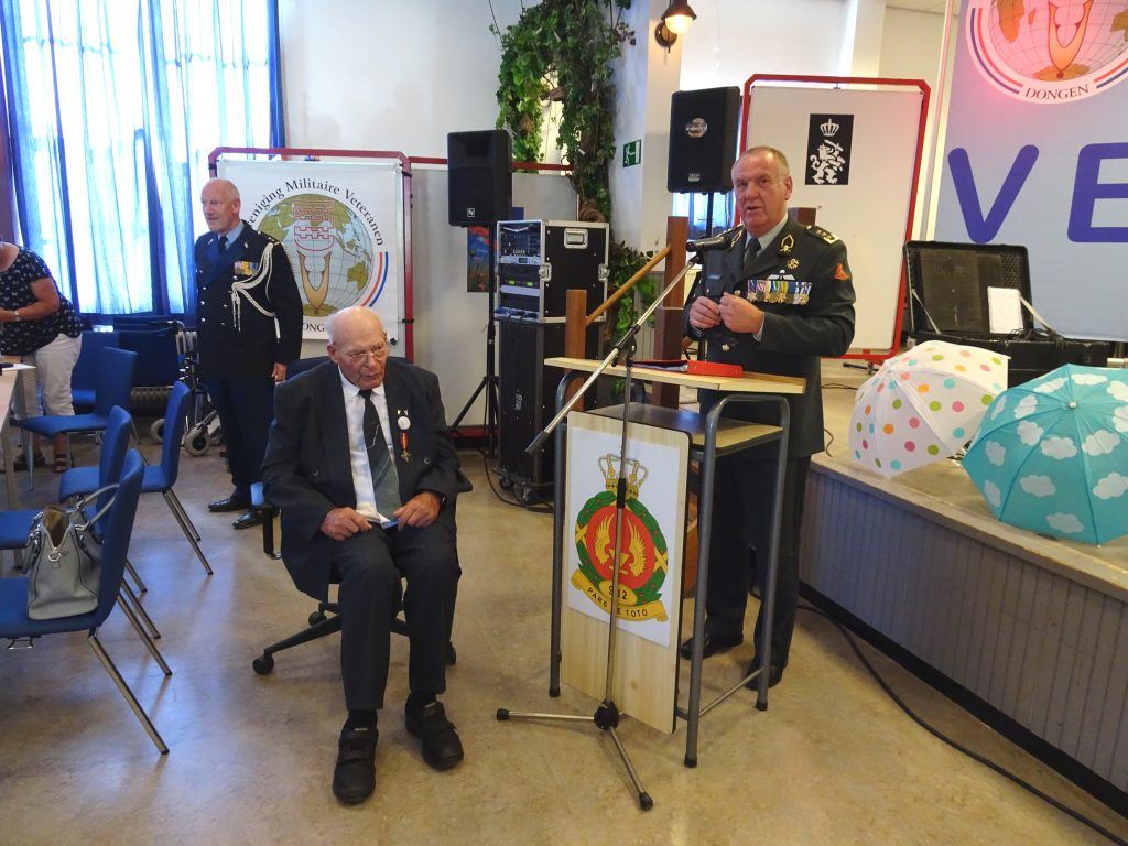 Luitenant-generaal van Griensveld spreekt de heer van Dijk toe en speldt hem het Mobilisatie-Oorlogskruis op