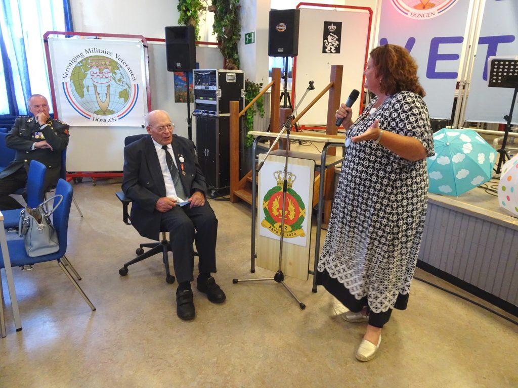 Burgemeester Starmans-Gelijns feliciteert de heer van Dijk